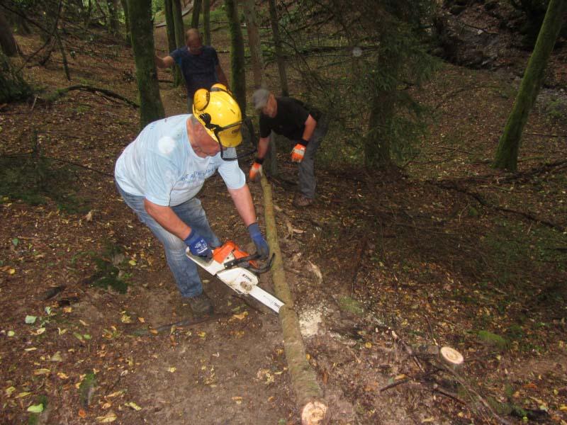 Unter fachkundlicher Anleitung von Karl-Rainer Manderscheid wurden unter Mithilfe von Günter Wendling und Wouter Ruedkamp die Pfade Hangseitig neu abgestützt